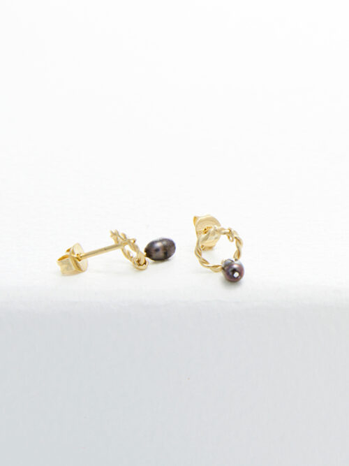 handmade earrings Nolda Vrielink amsterdam jewellery golden earrings black pearl